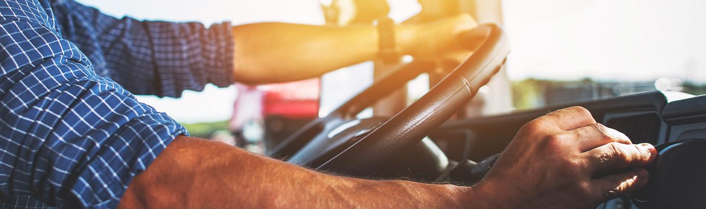 Kierowca zawodowy prowadzi ciężarówkę