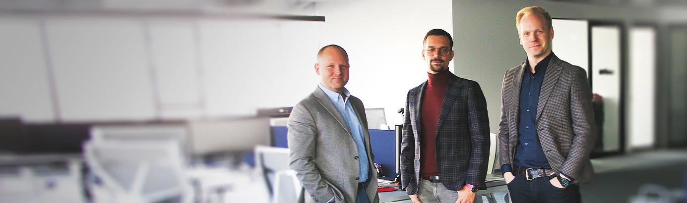 co-founderzy delivry w tle biuro krakowskie