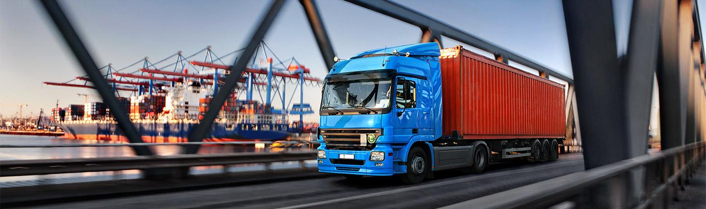samochód ciężarowy na trasie